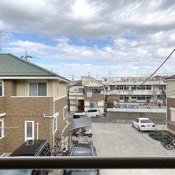 【洋室6.5帖】こちらは北向きの眺望。幼稚園が見えました。