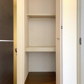 洋室を出ると目の前に物入があります。清掃用品などをしまっておきたいですね。