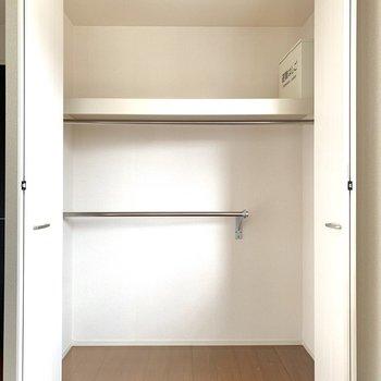 【洋室6.5帖】丈の長さに合わせて掛ける位置もかえられそうでしたよ◎