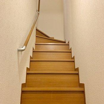 玄関を開けると目の前は階段。2階へと向かいましょう。