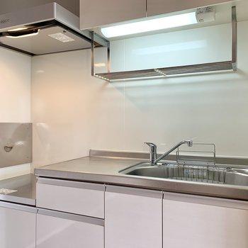 【LDK】キッチンはワイドな造り。シンクも大きく、洗い物が溜まっても安心です。