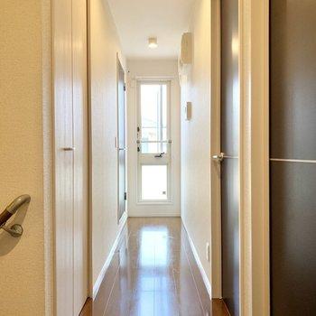廊下にも窓があり奥行きを感じます。まずは右側にある洋室から。