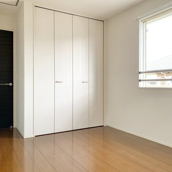【洋室6.5帖】寝室にする場合は、窓に沿わせるようにベッドを置くのが良さそうです。