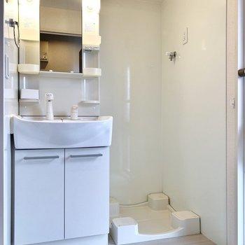 廊下の一番奥に脱衣所があります。正面は洗面台と洗濯機置き場。