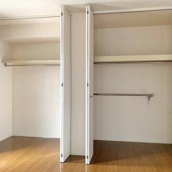 【洋室7帖】クローゼットは大容量。左右で使い分けることができます。