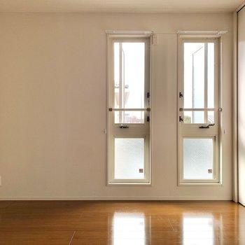 【洋室7帖】窓の隣にはテレビコンセントがあるので、テレビはここになりそう。