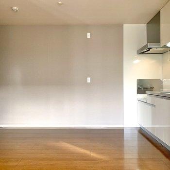 窓を背に。正面には冷蔵庫や電子レンジを置くことになりそうです。