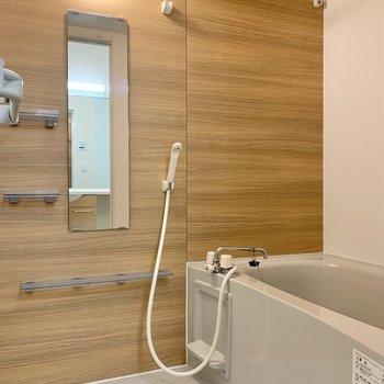 ウッディなデザインのクロスは、浴室に温もりを与えてくれています。