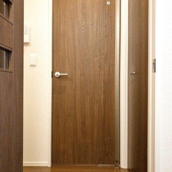 キッチン脇の扉を開け。右にある収納から見てみましょう。