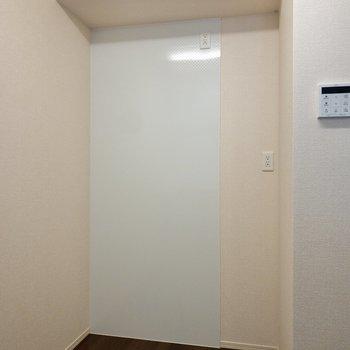 【LDK】反対側には冷蔵庫や棚を置き、レンジやケトルも配置しましょう。