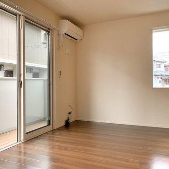 【LDK】そして小窓横にテレビ台を設置し、窓前にはソファを。