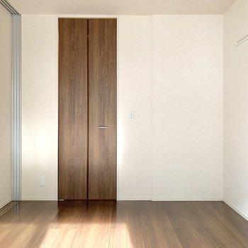 【洋室】窓を背にすると細長い扉が。クローゼットでしょうか?
