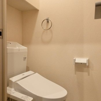 そのお隣はトイレでした。棚付きなので足下を広く使えますよ。