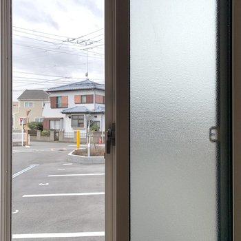 【LDK】小窓からは駐車場が見えます。目線は気になりませんね。