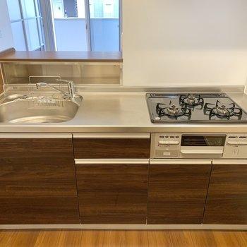 【LDK】キッチンは3口コンロでグリル付き。調理スペースも確保されています。
