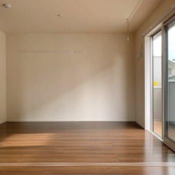 【洋室】LDKのすぐ隣は約6帖の洋室です。