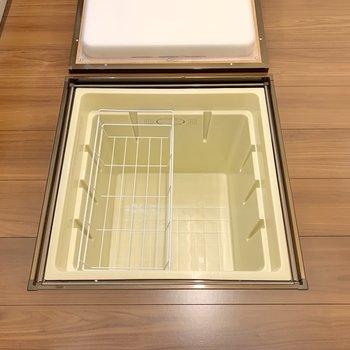 【ディテール】キッチンの床下収納にはミネラルウォーターなどをしまっておきましょう。