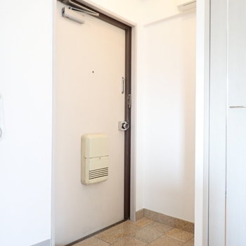 玄関は変わったかたち。脱ぎ履きには十分なスペース。