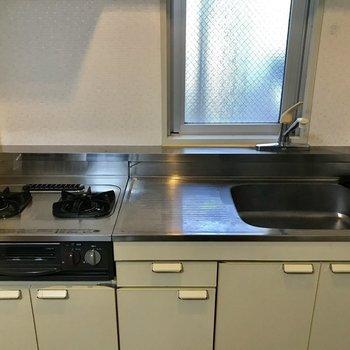 キッチンはこんな感じ。うん、まずまずのスペース!(※写真は2階の同間取り別部屋のものです)