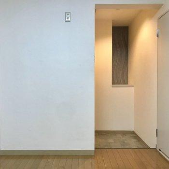 玄関はダイニングからすぐ。でも壁があって丸見えにならないのがいいですね。(※写真は2階の同間取り別部屋のものです)