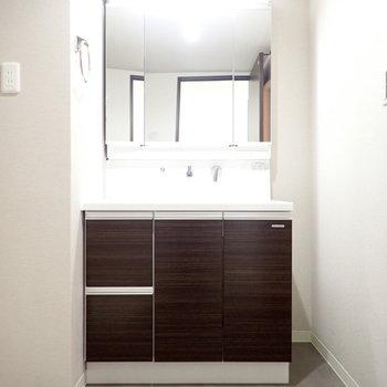 ワイドな洗面台!鏡の裏は収納です!