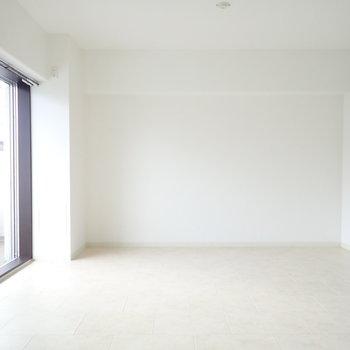 洋室6帖】白い壁には絵を飾りたいですね。