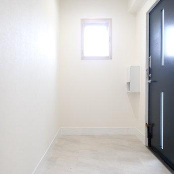 玄関には小窓があります。シューズボックスはつくりましょう!