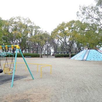 駅までの途中に広い公園もあります!