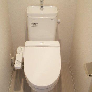トイレはウォシュレット付き(※写真は5階の同間取り別部屋のものです)