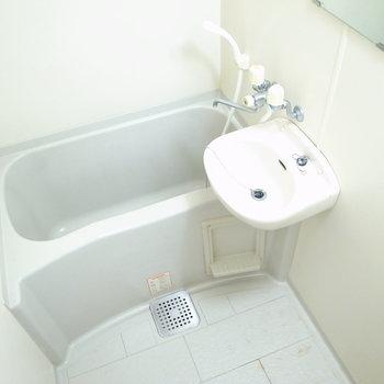 洗面台がいっしょの浴室です。ちょっと狭め。