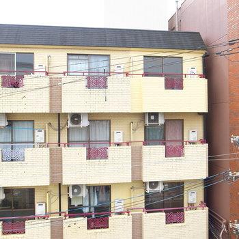向かいのマンションのベランダが見えます。すこし視線が気になります。