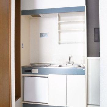 キッチンはミニサイズです。レンジや棚は居室へ。