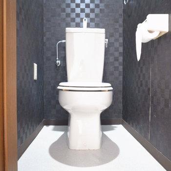 トイレはアクセントクロスでキリッとしています。ウォシュレットの後付けが可能です。