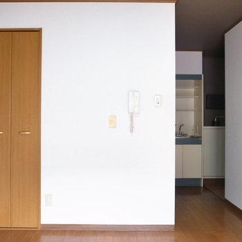 キッチン・玄関とのあいだにとびらがないので、ブラインドやファブリックで目隠しがおすすめ!