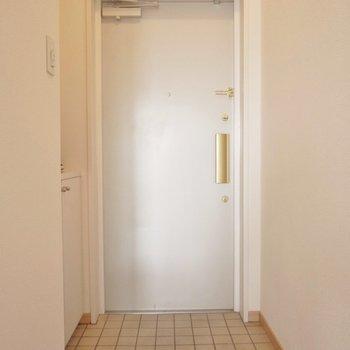 シンプルな玄関。(※写真は8階の同間取り別部屋のものです)