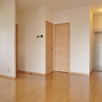 リビングには大きなダイニングテーブルを置いてくつろごう。(※写真は8階の同間取り別部屋のものです)