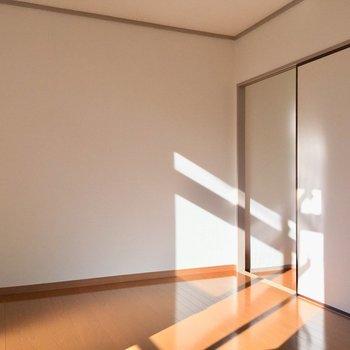【2F6帖洋室】1階の気配と匂いを感じれるように、襖はあけとく。