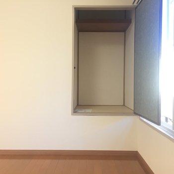 【2F4.5帖洋室】来客用の布団なんかを置けそう。