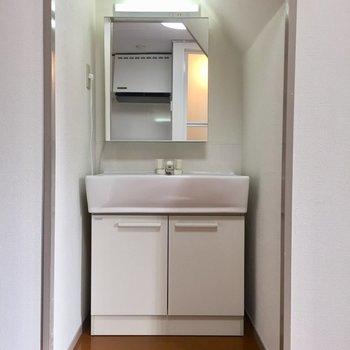 階段の下に独立洗面台があります。