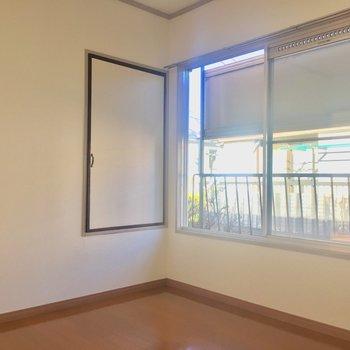 【2F4.5帖洋室】窓の外には目隠しが。嬉しい心遣い。