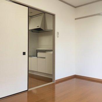 【1F洋室】ソファからキッチンを眺めるのが至福の時。