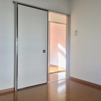 【2F4.5帖洋室】起きたら隣のお部屋でぼーっと日向ぼっこしちゃうかも。