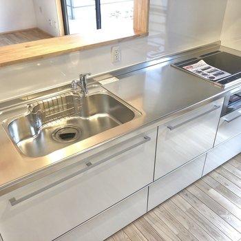 キッチンはシンクも作業スペースも頼もしい広さ!
