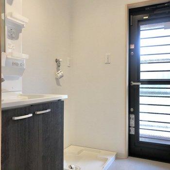 洗面台と洗濯機置き場はお隣さん、脱衣所のドアの先は…