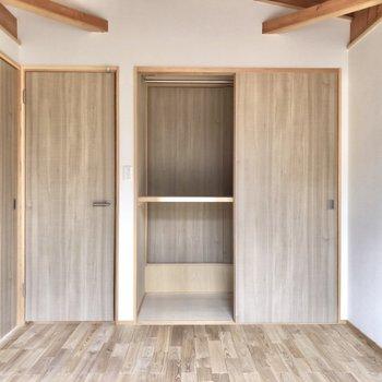 【洋室2】家具はベッドとサイドテーブルだけでも◎
