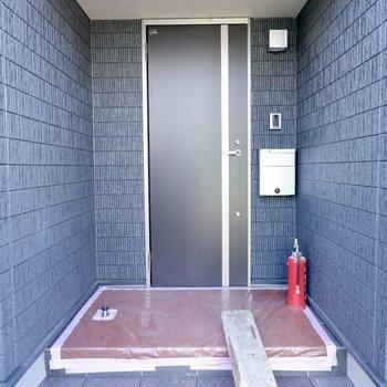 玄関前は屋根があり、雨の日でも濡れずに鍵の開け締めができます。