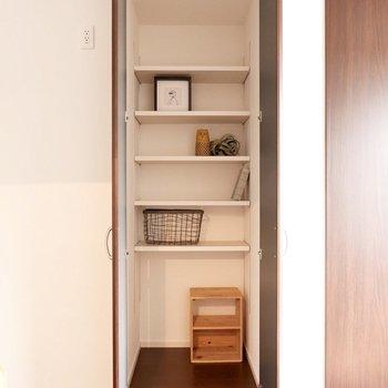リビング内にもしっかり収納があるのが魅力です。家電収納にも適しています。