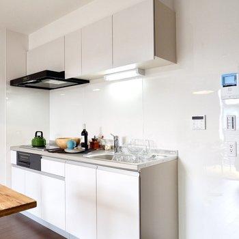 キッチン横にも家電が置けますよ。コンセントは2口です。