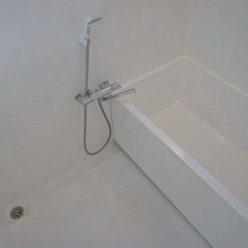 お風呂は広々しています。※写真は、同タイプの別部屋