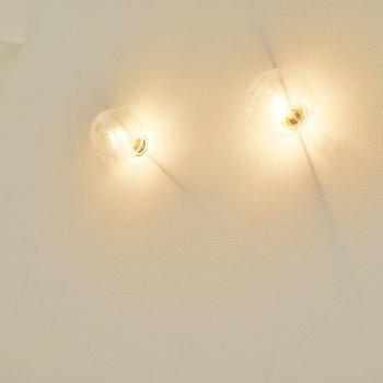 丸出しの電球もお洒落。※写真は、同タイプの別部屋